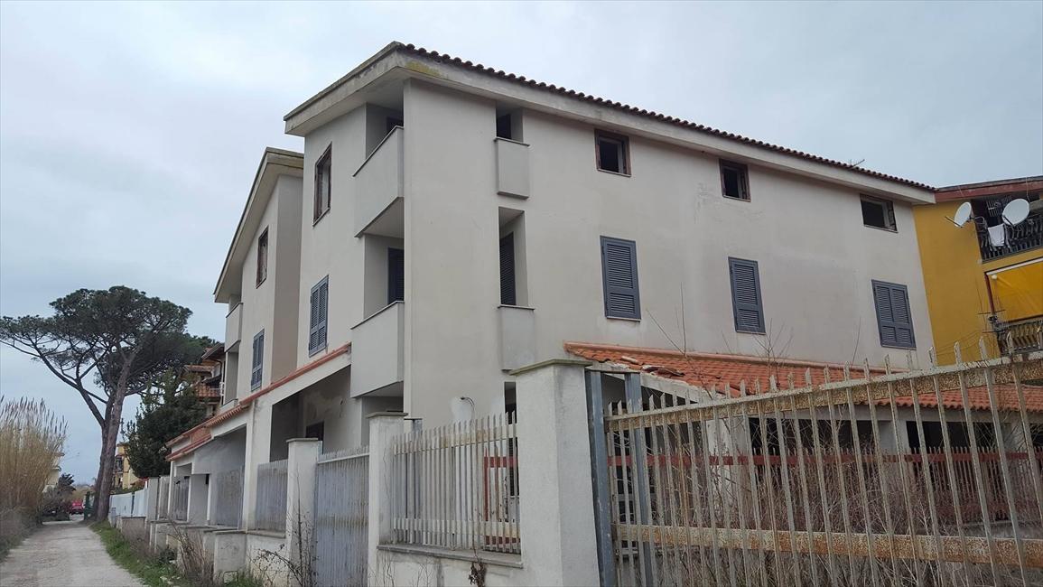 Palazzo / Stabile in vendita a Giugliano in Campania, 5 locali, prezzo € 250.000 | CambioCasa.it