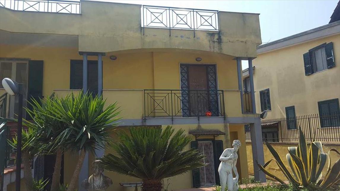 Palazzo / Stabile in vendita a Giugliano in Campania, 5 locali, prezzo € 350.000 | CambioCasa.it