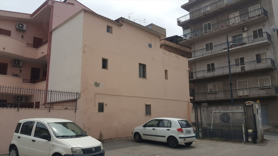 Soluzione Indipendente in vendita a Reggio Calabria, 8 locali, prezzo € 40.000 | CambioCasa.it