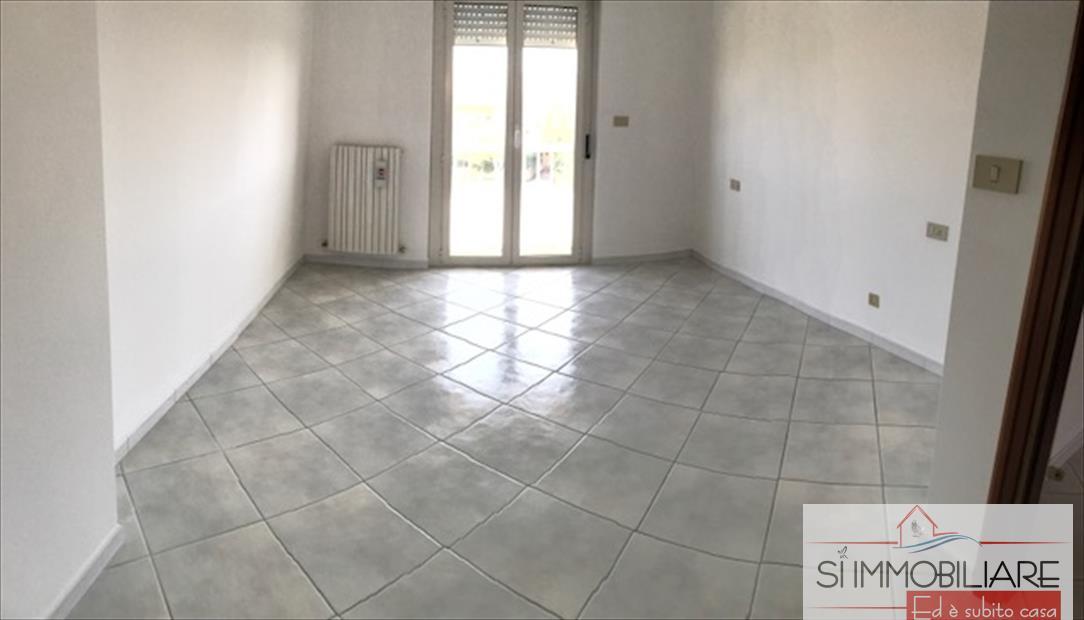 Appartamento in affitto a Città Sant'Angelo, 6 locali, prezzo € 600   CambioCasa.it