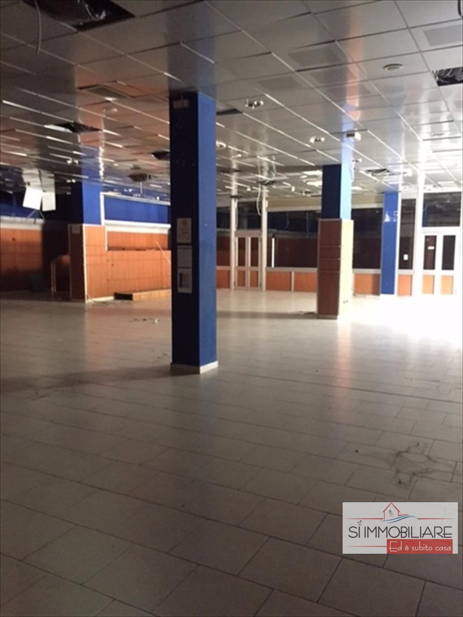 Immobile Commerciale in affitto a Chieti, 6 locali, prezzo € 6.000 | CambioCasa.it