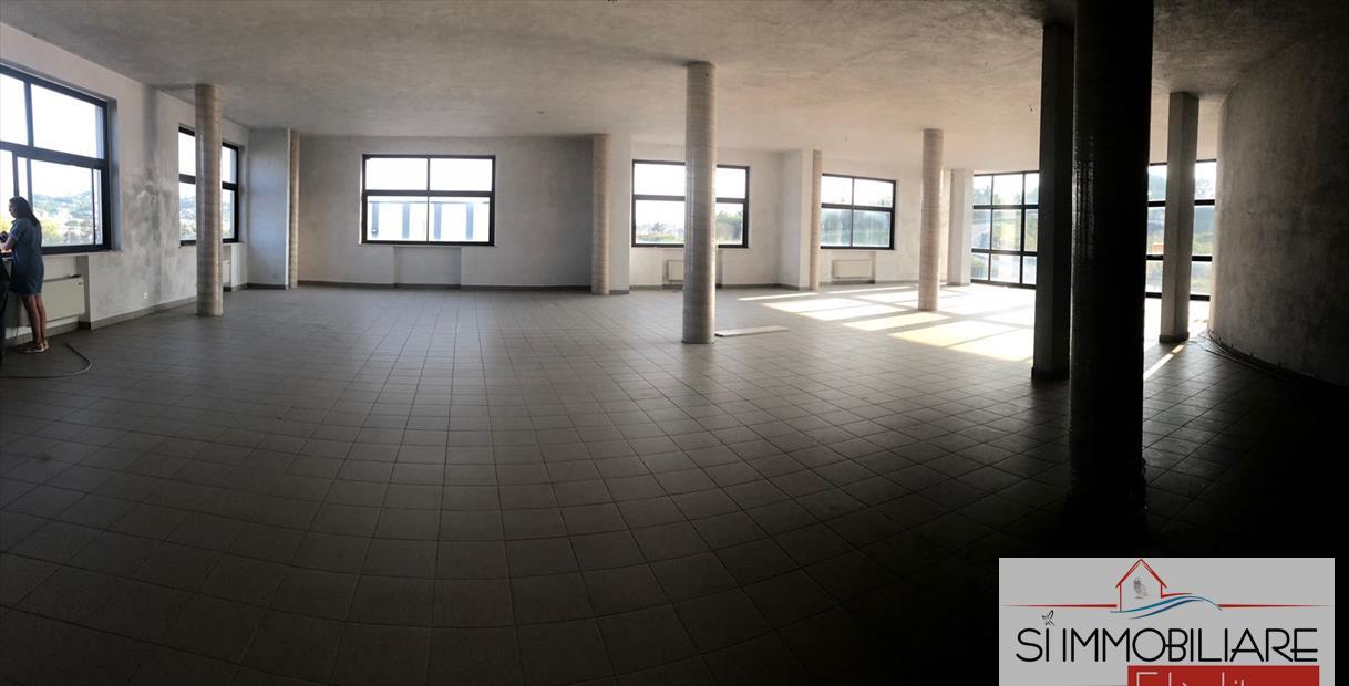 Negozio / Locale in affitto a Città Sant'Angelo, 1 locali, prezzo € 2.300   CambioCasa.it