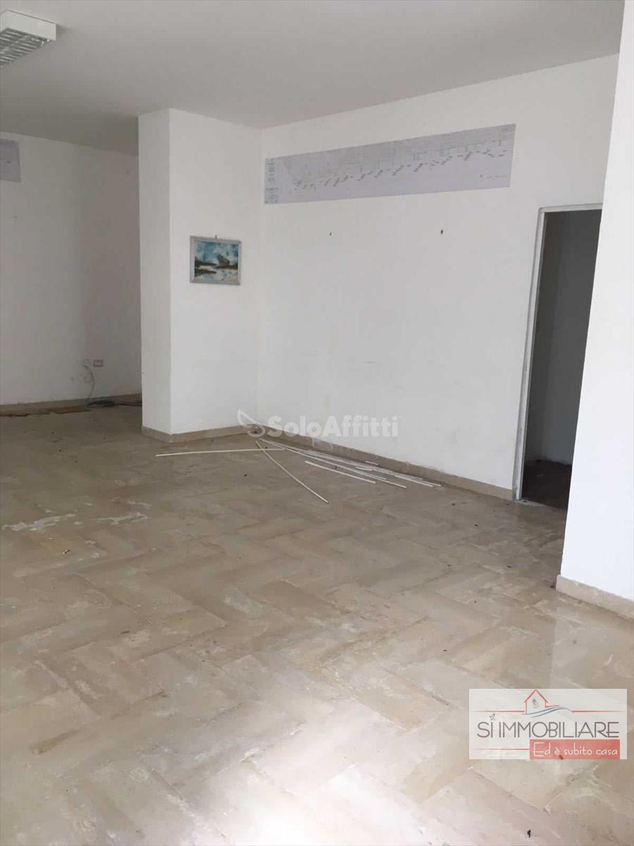 Negozio / Locale in affitto a Francavilla al Mare, 2 locali, prezzo € 500   CambioCasa.it